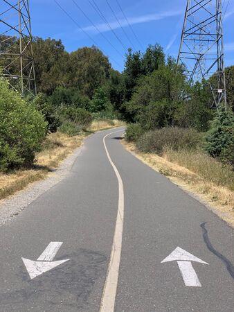 Stevens Creek Trail through suburban wilderness, Mountain View, California 免版税图像 - 146534309