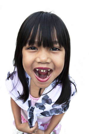 dientes sucios: Una muchacha joven y bonita cinco años perdiendo los dientes y mostrando su boca con los dientes que faltan, para el fondo blanco.