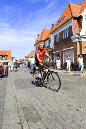vintage: Deense man fietsen op straat in Denemarken
