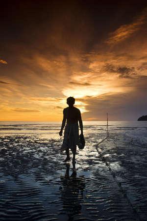 hombre pobre: El viejo pescador caminando por la playa por la mañana en Pranburi Prachuab kirikarn Foto de archivo