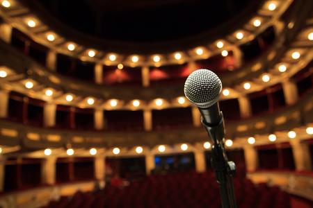 Sluit omhoog van microfoon in concertzaal, theater