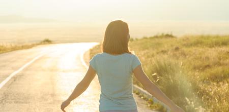 Backlit portrait de jeune femme sur la route