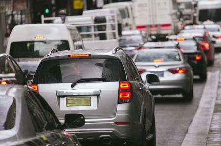 市内の路上での交通渋滞車 写真素材