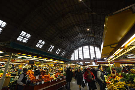 RIGA, LETTLAND - 16. MÄRZ 2019: Lebensmittelpavillon des Zentralmarktes von Riga, Menschen, die Lebensmittel kaufen - Ehemalige Zeppelinhangars - Rigas Centraltirgus Editorial