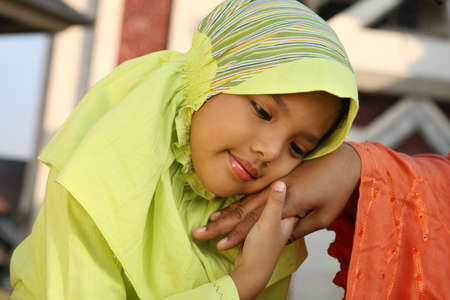 femmes muslim: La m�re et l'enfant musulman Holding Hands
