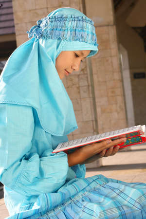 petite fille musulmane: Muslim Girl lecture du Coran Banque d'images