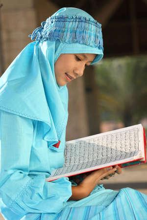 petite fille musulmane: Coran de lecture enfants musulmans