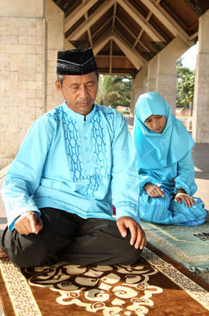 familia orando: La oraci�n musulmana Familia Foto de archivo