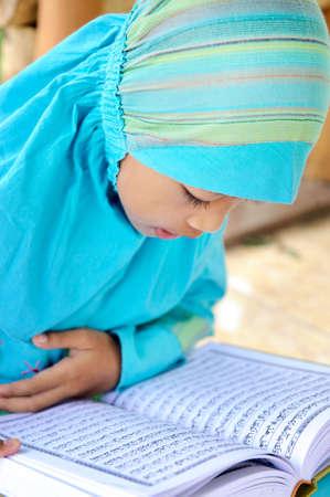 petite fille musulmane: Coran de lecture musulmans Girl Banque d'images
