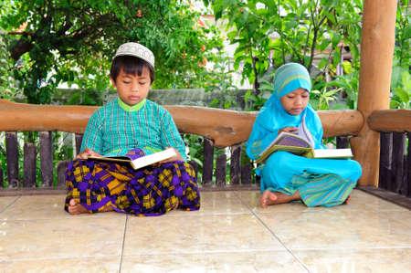 petite fille musulmane: Enfants de lire le Coran