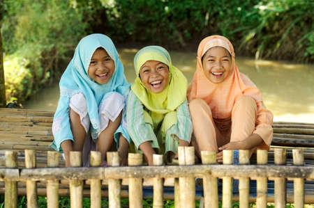 petite fille musulmane: Groupe de jeunes indon�siens en plein air