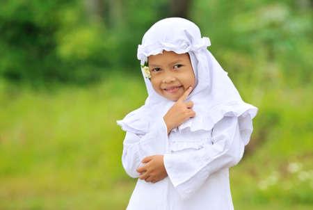 petite fille musulmane: Ramadan musulman de pensions alimentaires pour enfants  Banque d'images