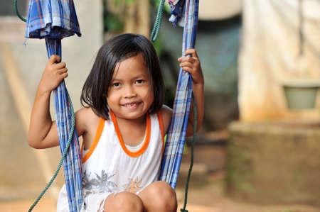 arme kinder: Kind auf Schaukel Lizenzfreie Bilder