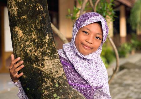 petite fille musulmane: Outdoor portrait d'une jeune fille jeune musulman