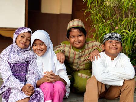 hanging around: Ni�os musulmanes dando vueltas en la escuela isl�mica