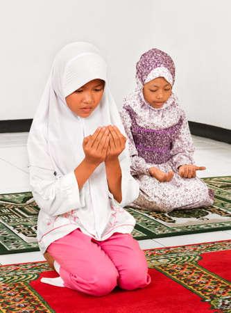 petite fille musulmane: Les enfants musulmans qui prient dans la mosquée