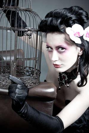 d�livrance: Femme gothique avec une cage � oiseaux vide