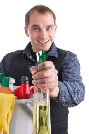 schoonmaakartikelen: Man met een emmer vol schoonmaakmiddelen en een spuitbus Stockfoto