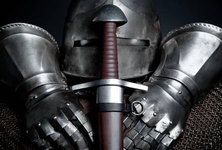 ナイト: ヘルメット、チェーン メール、手袋、剣と騎士の鎧 写真素材