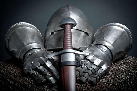 kılıç: Şövalyeler kask, zincir posta, eldiven ve kılıç ile zırh