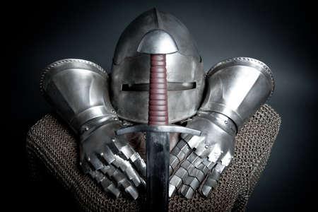 espadas medievales: Caballeros armadura con casco, cota de malla, guantes y espada