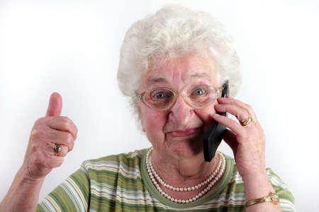 Eine alte Dame mit einem Mobiltelefon Standard-Bild - 16193221