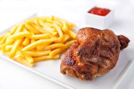 chicken roast: Pollo a la parrilla asado medio con patatas fritas y salsa de tomate - Fast Food German
