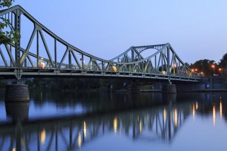 De Glienicker brug Glienicker Brcke verbindt Potsdam met Berlijn Dit symbool van de Duitse omleiding staat bekend om de spion swaps tijdens de Koude Oorlog Stockfoto