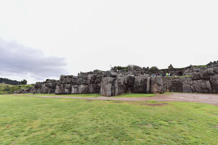 The fortress ofSacsayhuamán consists of parallel ramps, 600m long,consisting of monolithic blocks(the largest with a height of 9m,a width of 5m and a thickness of4mwith a weight of about 350 tons)