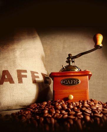 Beutel der Kaffeebohnen. Kaffeemühle.