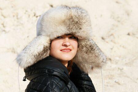 Mädchen im Pelz Hut auf dem felsigen Hintergrund.  Lizenzfreie Bilder - 2186256