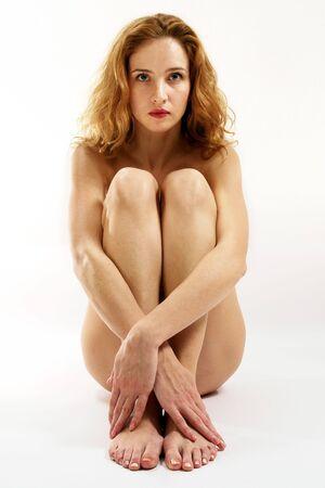Nu sexy rouge-cheveux fille sur le fond blanc. Banque d'images - 2186230