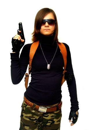 femme policier: Fille en tenue camoufl�e avec des armes � feu. Isol� sur fond blanc.