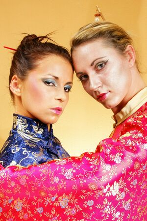 stage makeup: Ragazze in abiti asiatici. Fase make-up e cosmetici.