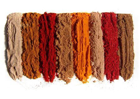 indian spices: Bereik van specerijen. Indiase kruiden. Geïsoleerd op wit. 8 st. Uit Zuid-India met liefde.