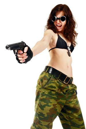 policewoman: Ladr�n chica en pantalones de camuflaje con una gran pistola. Aislado en blanco.