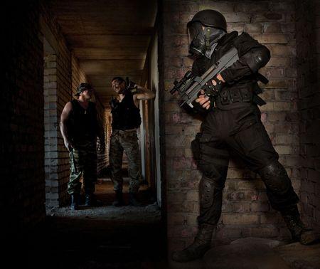 machine-gun: Hitman in een masker met het machinegeweer wacht voor slachtoffers