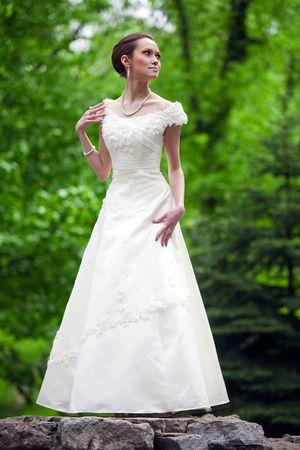 Retrato de mujer hermosa vestida de época y accesorios de vestir. Foto de archivo