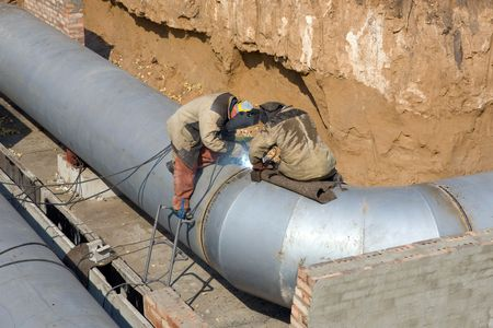 light worker: Two welders are making the trunk pipeline.