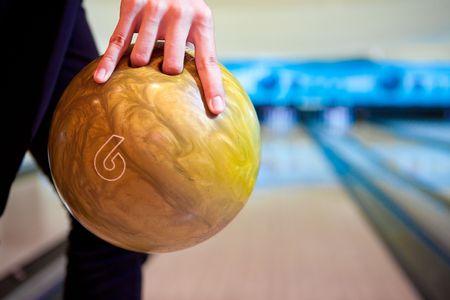 frappe: La main avec la boule de bowling Banque d'images