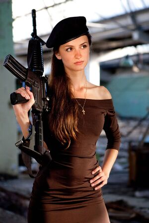 one armed: Portrait of a woman with the M4 machine gun. Stock Photo