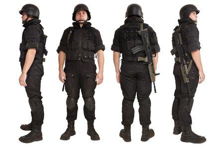 vigilante de seguridad: Hombre armado en uniforme con el fusil de R85 de la OTAN. Aislados en blanco. Foto de archivo