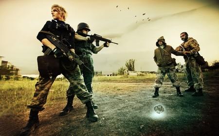 Militärische Patrouille in Tschernobyl (Mann und blond Frau) wird zwei Stalker auf der Straße angehalten.  Standard-Bild