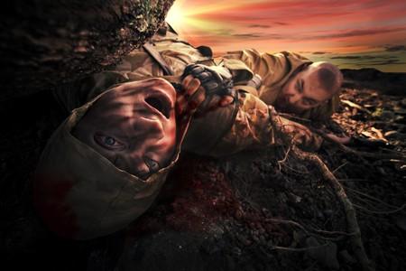 sangre derramada: Monstruo sangriento cerca el cad�ver del soldado. Fondo de Apocalipsis  Foto de archivo
