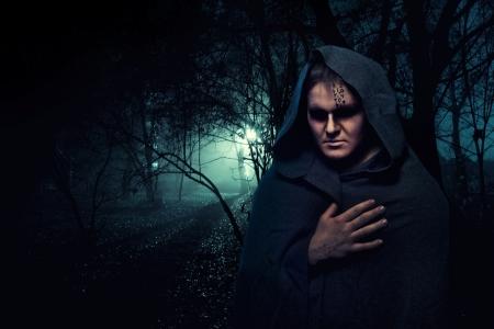 moine: Moine noir dans la for�t de myst�re de nuit.
