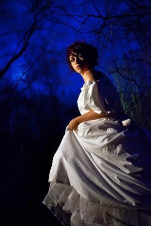 Ragazza in abito bianco vintage perso nella foresta scura. Archivio Fotografico - 8348185