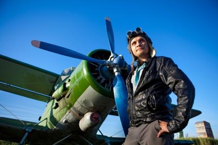 piloto: Sonriendo el piloto en el casco de plano vintage