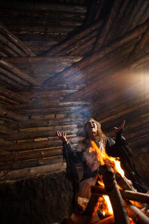 beldam: Piuttosto maga sta facendo la magia den legno sullo sfondo