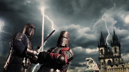 폭풍이 하늘 배경에 중세 기사의 전투 스톡 콘텐츠