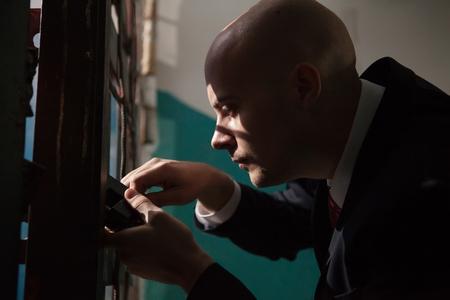 sicario: Hitman Calvo va a abrir la puerta con las llaves maestras. Foto de archivo
